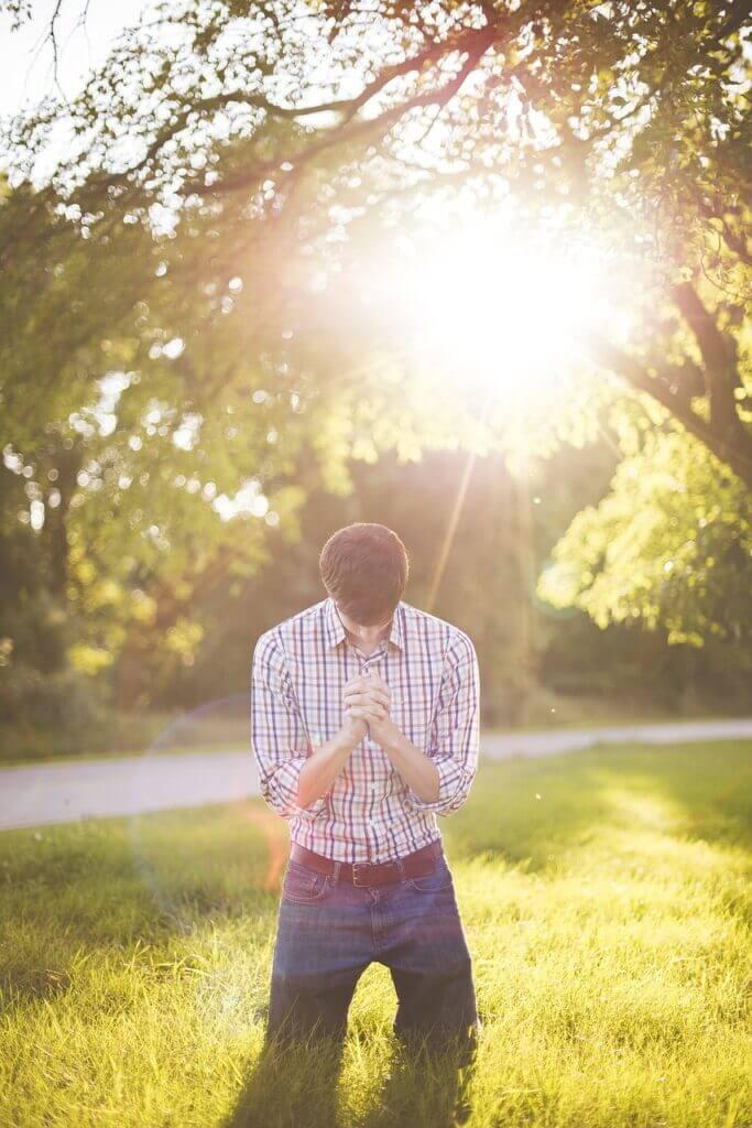 神に助力を祈る